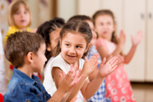 blue mountains preschools kids sitting in a group clapping