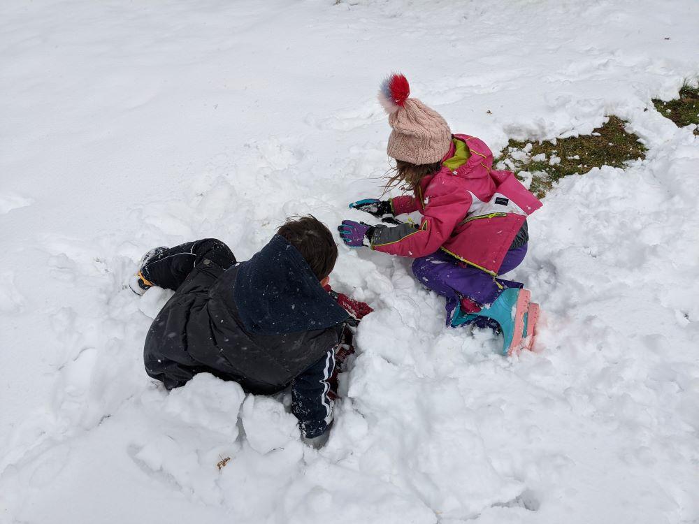 kids playing in the snow blackheath, oberon blue mountains