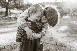 maja baska blue mountains photographer family photo sibling cuddle