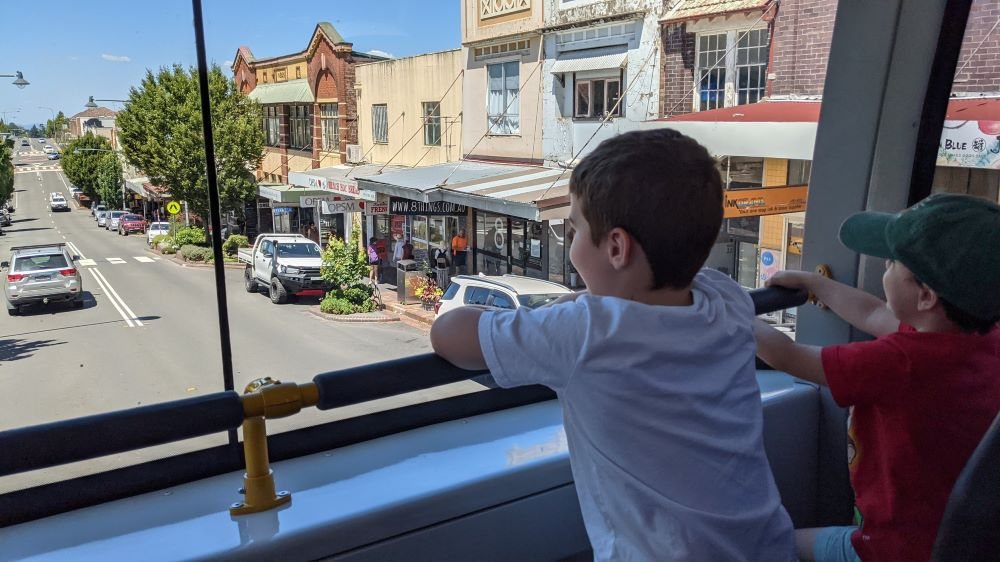 children exploring katoomba in the blue mountains on the blue mountains explorer bus