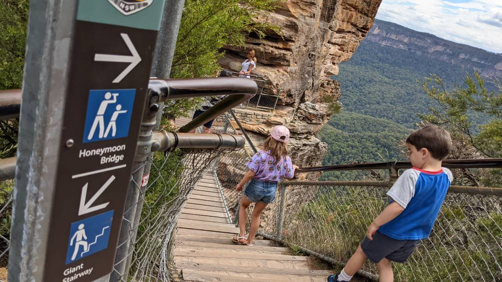 Things To Do In The Blue Mountains walk to honeymoon bridge from echo point latoomba